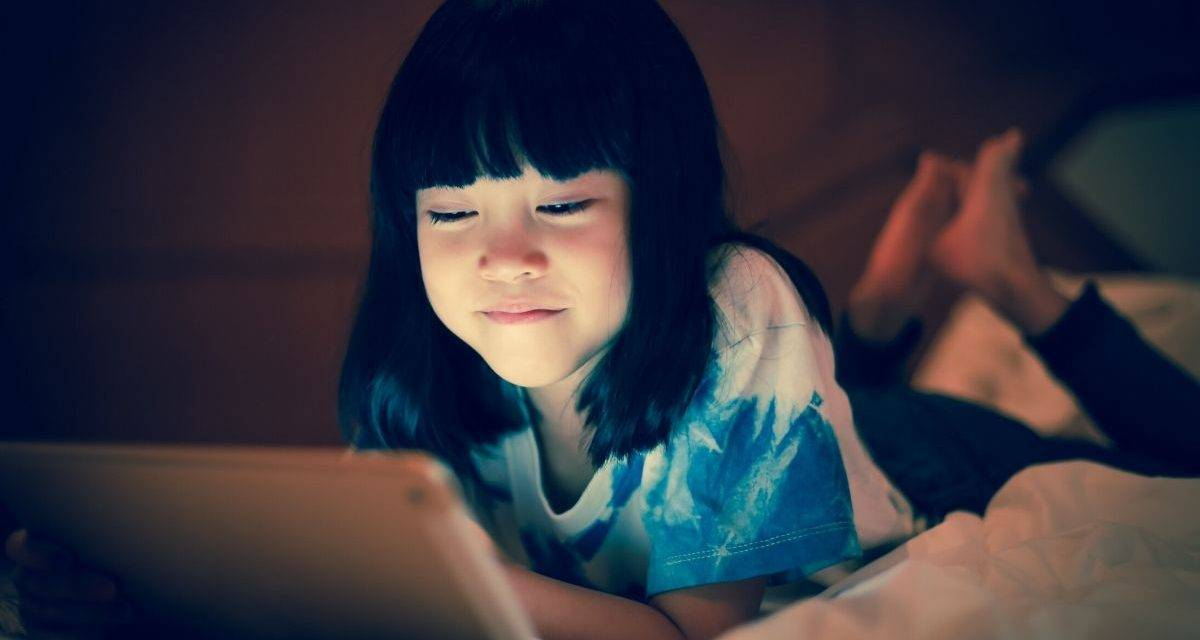 little-girl-with-her-tab